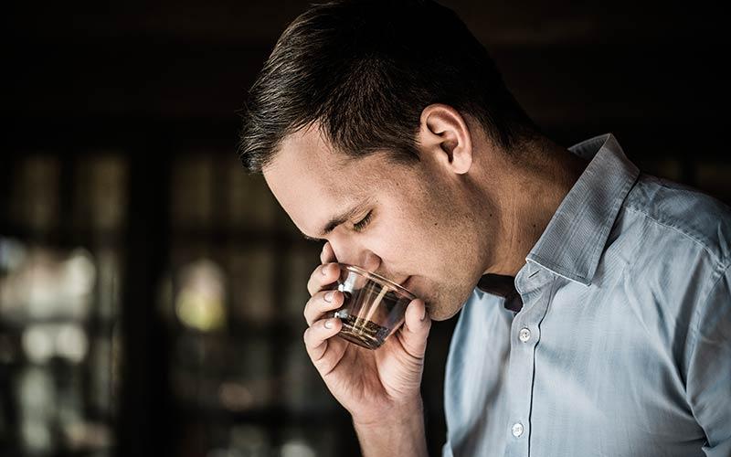 Johannes Hornig riecht an frisch geröstetem Kaffee