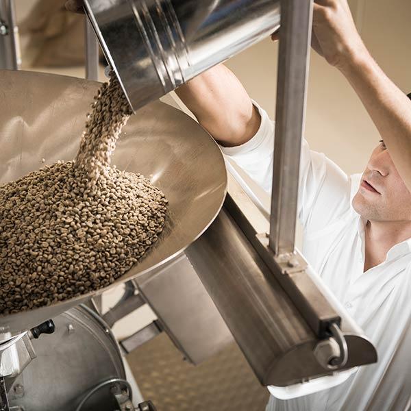 Johannes Hornig befüllt den Trommelröster mit Rohkaffee