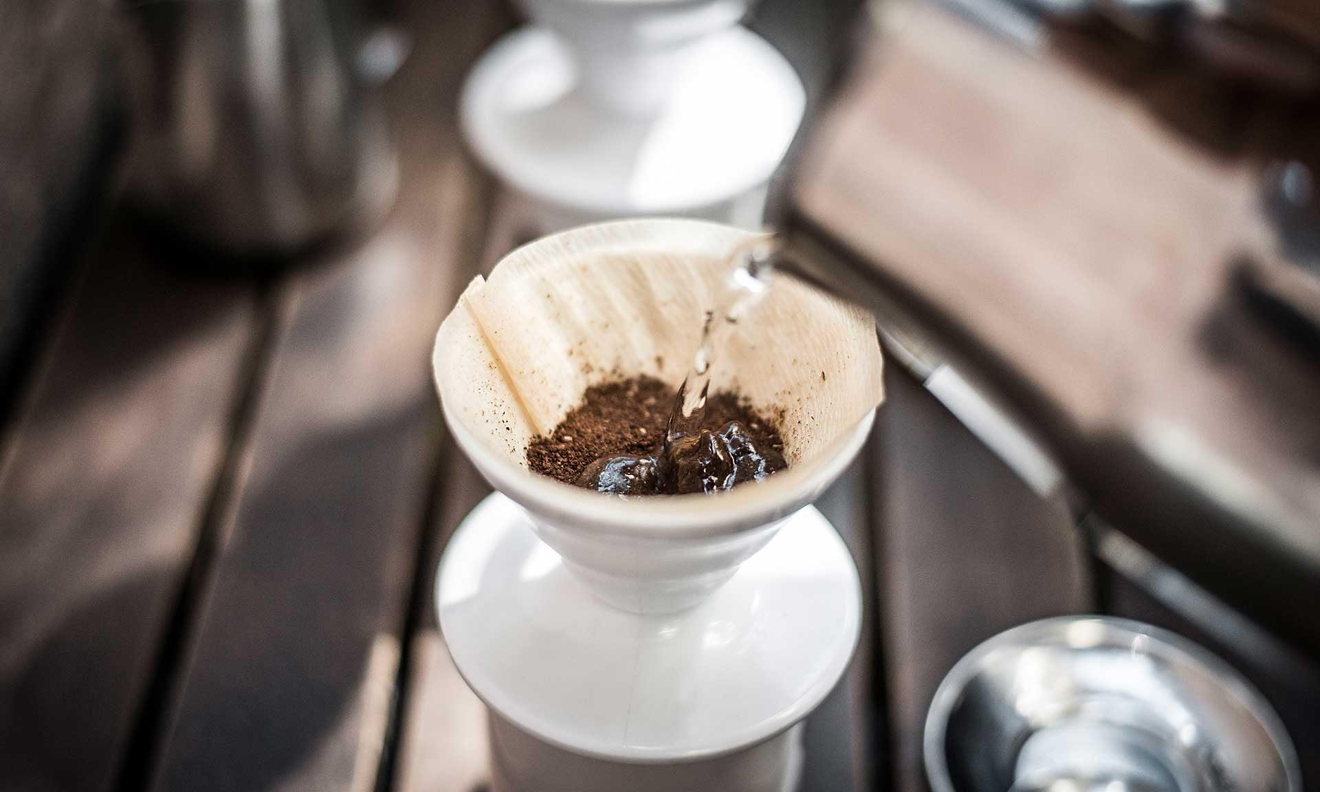 Kaffeemehl im Handfilter
