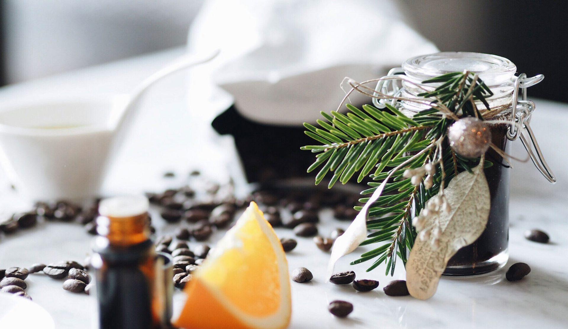 Yvonne von NO ENVY hat mit J. Hornig Kaffee einen Coffee-Hand-Scrub kreiert. Fotocredits: No Envy
